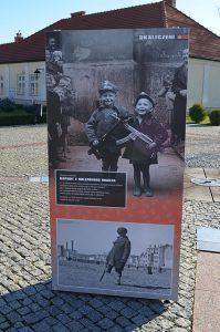 """Galeria """"Ukradzione dzieciństwo"""" – nowa wystawa plenerowa w Muzeum Ziemi Leżajskiej"""
