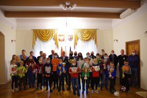 Wspólne zdjęcie uczestników rozgrywek i organizatorów Ligi Powiatowej.