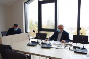 Zdjęcie przedstawia przewodniczących rady powiatu oraz starostę i wicestarostę leżajskiego w sali obrad na tle okien. Z boku znajduje się ekran z informacjami dotyczącymi głosowania.