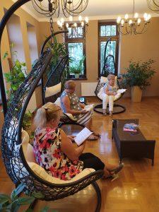 Zdjęcie, na którym widoczni są czytelnicy korzystający z nowych foteli w czytelni biblioteki publicznej w Leżajsku. Jest to ujęcie z boku.