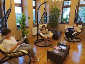 Zdjęcie przedstawia inne ujęcie czytelników korzystających z czytelni w bibliotece publicznej w Leżajsku