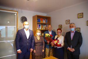 Nagrodzeni pedagodzy z poradni pozują do zdjęcia z członkami zarządu powiatu leżajskiego.