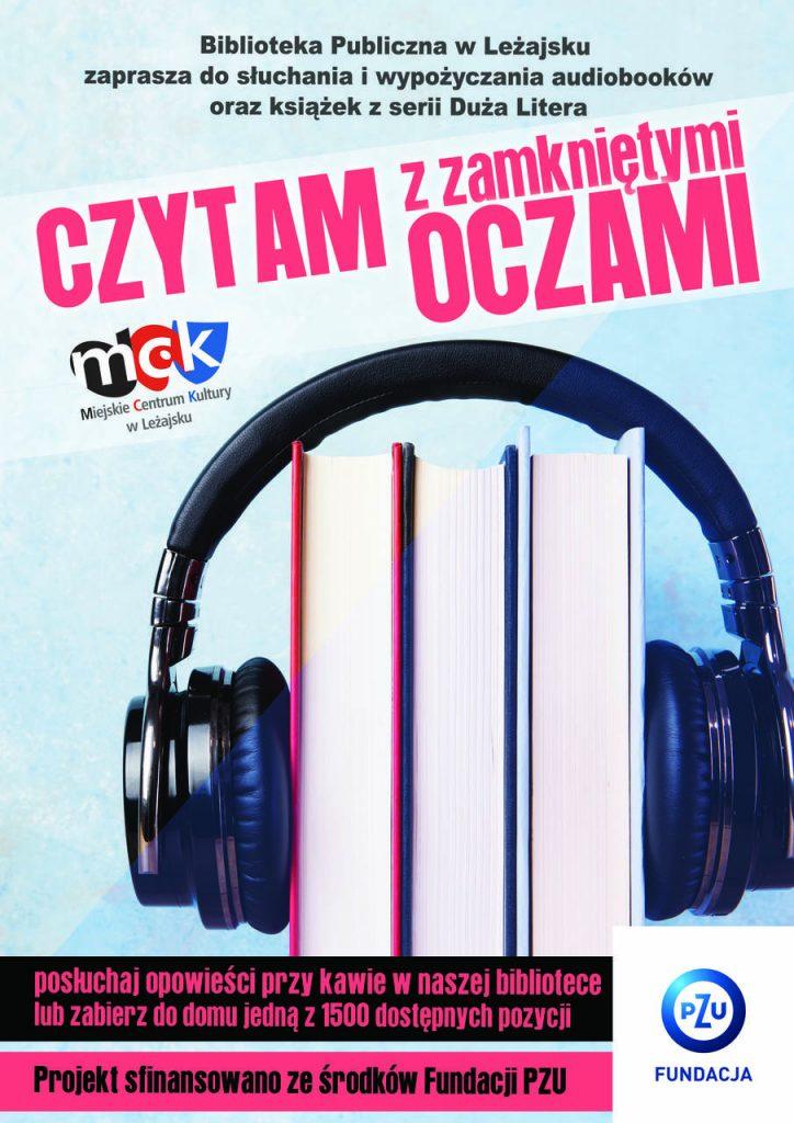 Plakat promujący projekt. Tło ma kolor bladoniebieski. Na górze różowy napis, a pod nim zdjęcie słuchawek nałożonych na trzy książki stojące pionowo.