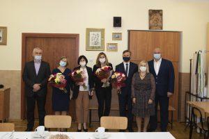 Nagrodzeni nauczyciele SOSW pozują do zdjęcia z członkami zarządu powiatu leżajskiego.