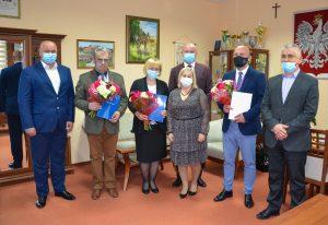 Nagrodzeni nauczyciele ZSL w Leżajsku pozują do zdjęcia z członkami zarządu powiatu leżajskiego.
