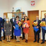 Nagrodzeni nauczyciele ZST w Leżajsku pozują do zdjęcia z członkami zarządu powiatu leżajskiego.