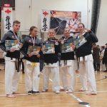 Nagrodzeni zawodnicy LKKK pozują do zdjęcia ze zdobytymi medalami.