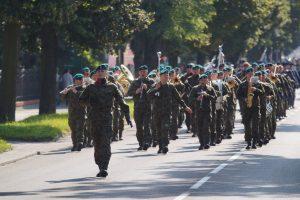 Orkiestra Wojskowa z Rzeszowa maszeruje na przedzie pochodu ulicą Mickiewicza.